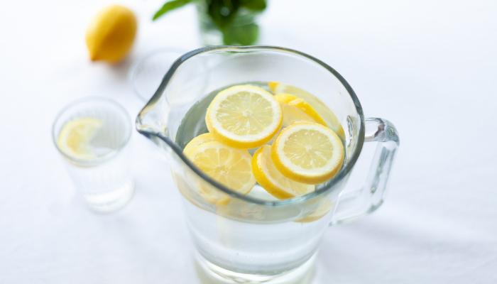 Mito o verdad: ¿El agua caliente con limón le ayuda a bajar de peso?