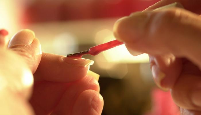 Mito o verdad: ¿El esmalte oscuro puede amarillear las uñas?