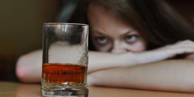 El alcohol pasa por varias etapas en el cuerpo después de ser consumido