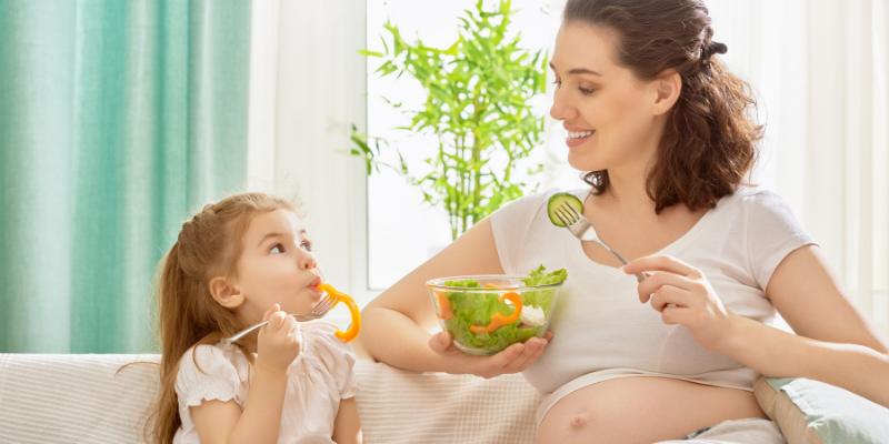¿Mito o verdad?: Está bien comer alimentos que han estado en el piso menos de 5 segundos