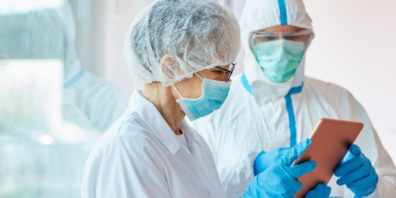 ¿Qué anormalidades de laboratorio se ven comúnmente en pacientes con COVID-19?