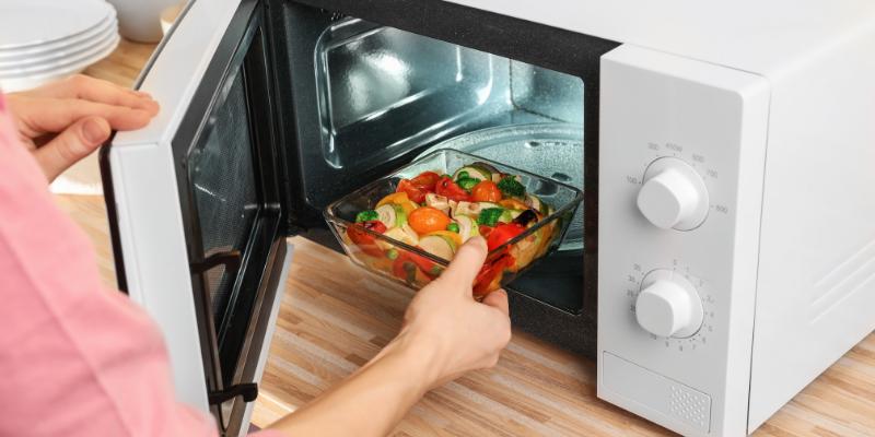 ¿Son seguros los alimentos cocinados en el microondas?